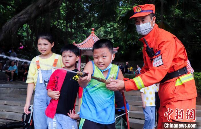 图为游客体验灭火装备。漳州森林消防 供图