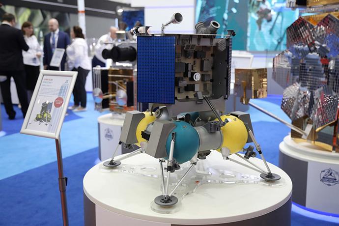 """珠海航展上展示的""""月球""""-25探测器模型。"""