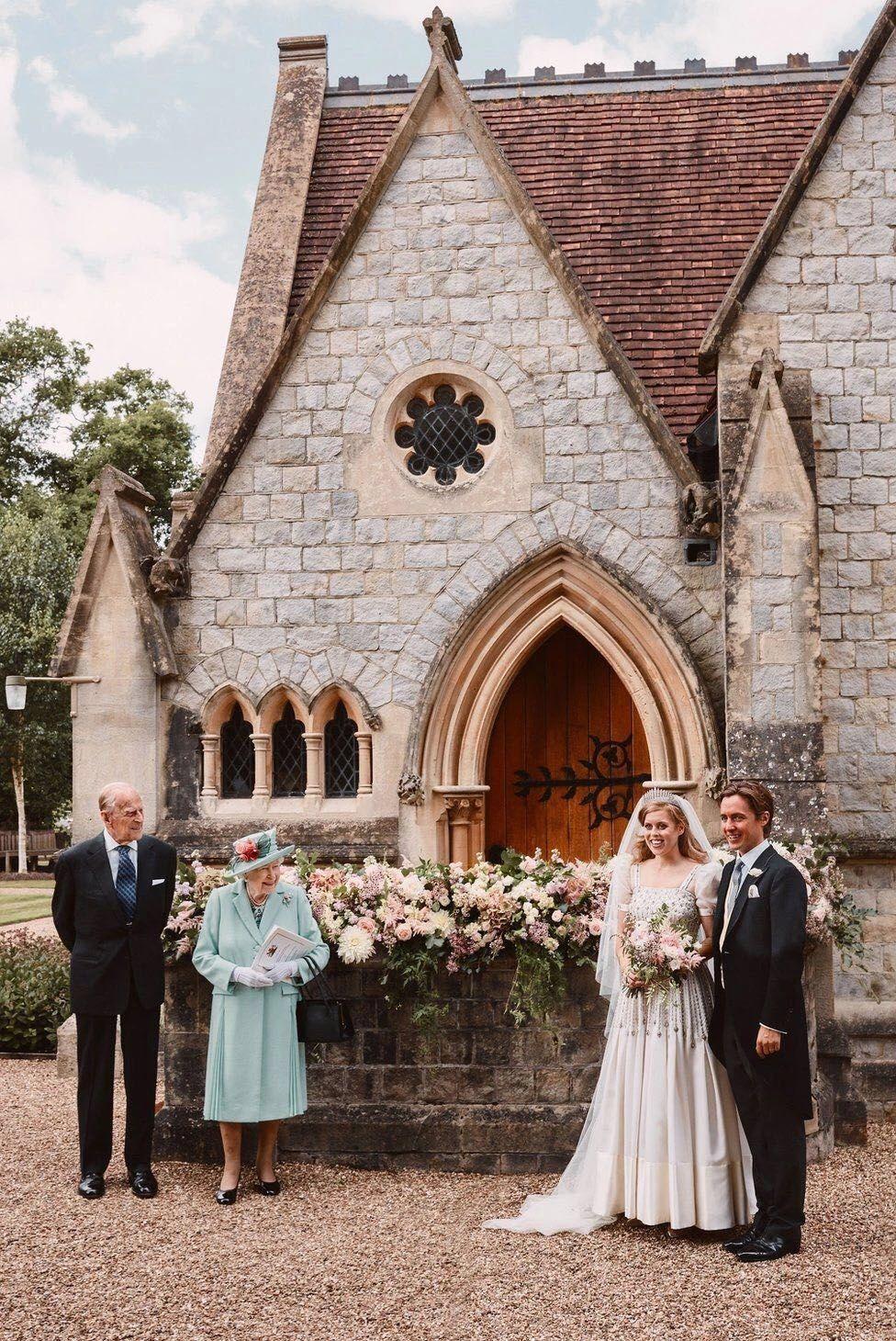 菲利普亲王、伊丽莎白二世、碧翠丝公主和莫齐。/图片来自英国王室官方推特