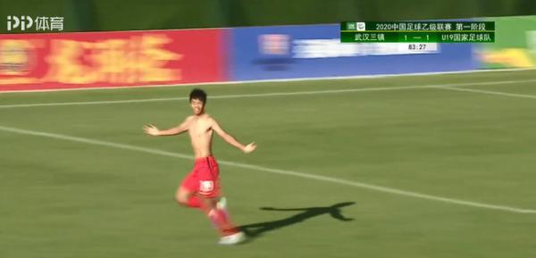 反超比分后,国青球员脱衣庆祝。