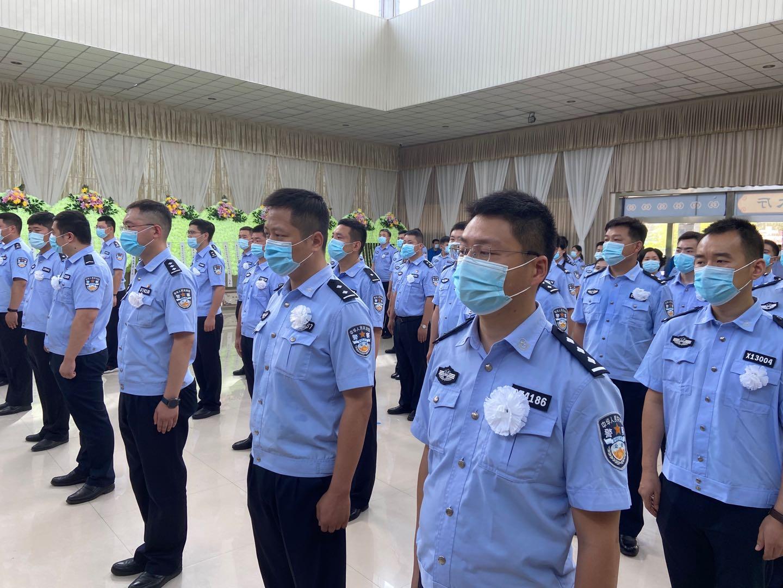 7月8日上午,淮安市公安局为两名警务人员举办追悼会,千余人送行。