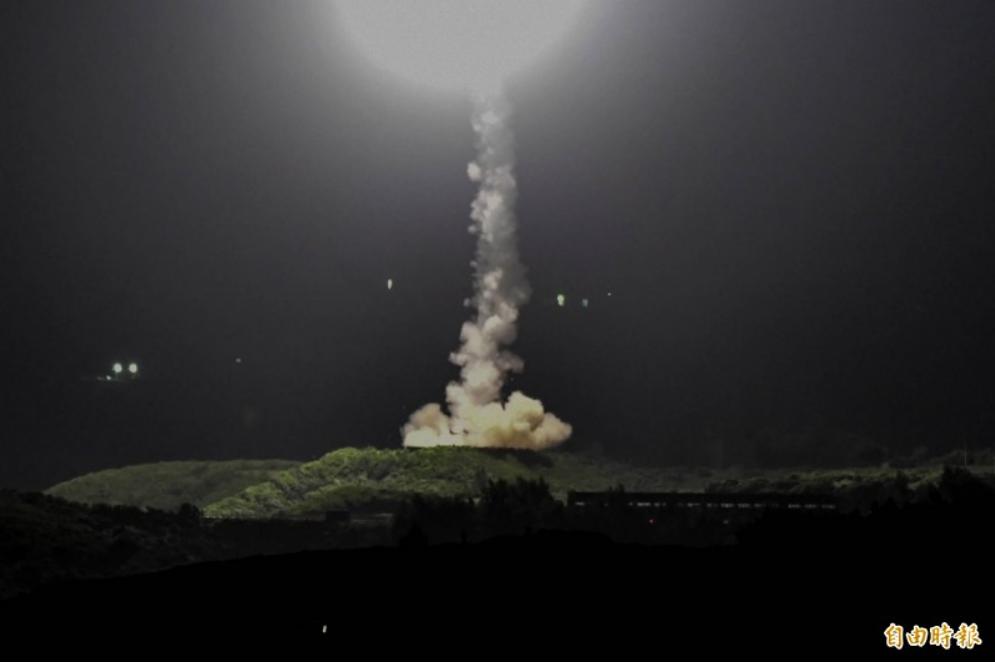 """台""""中科院""""24日晚间试射导弹。图源:台湾《自由时报》"""