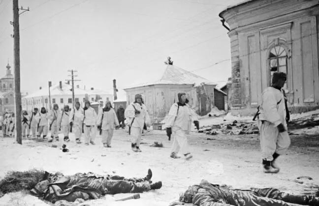 上图_ 苏联士兵沿着解放大街走过被击毙德军士兵身旁
