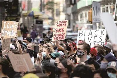 6月1日,民众在美国纽约时报广场抗议警察暴力执法