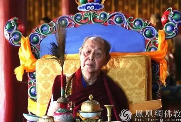 迎请拉西仁钦上师舍利千供法会(图片来源:凤凰网佛教 摄影:赤峰康宁寺)