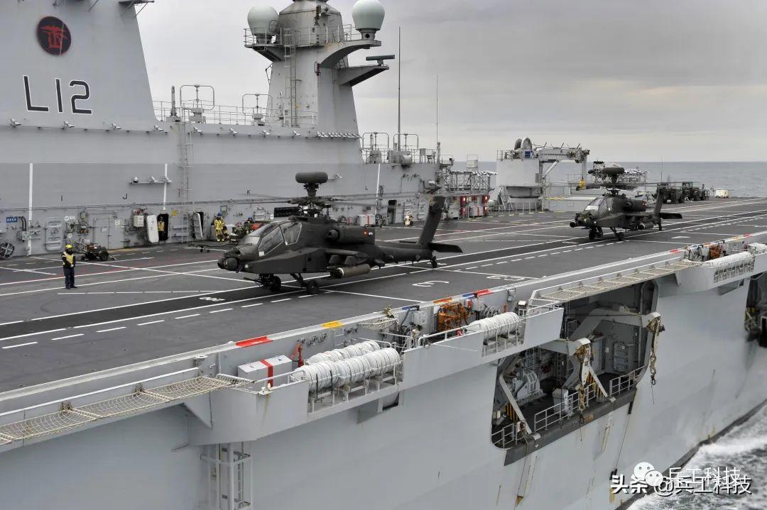 """英国引进""""阿帕奇""""武装直升机后,就将其部署在""""海洋""""号两栖攻击舰上"""