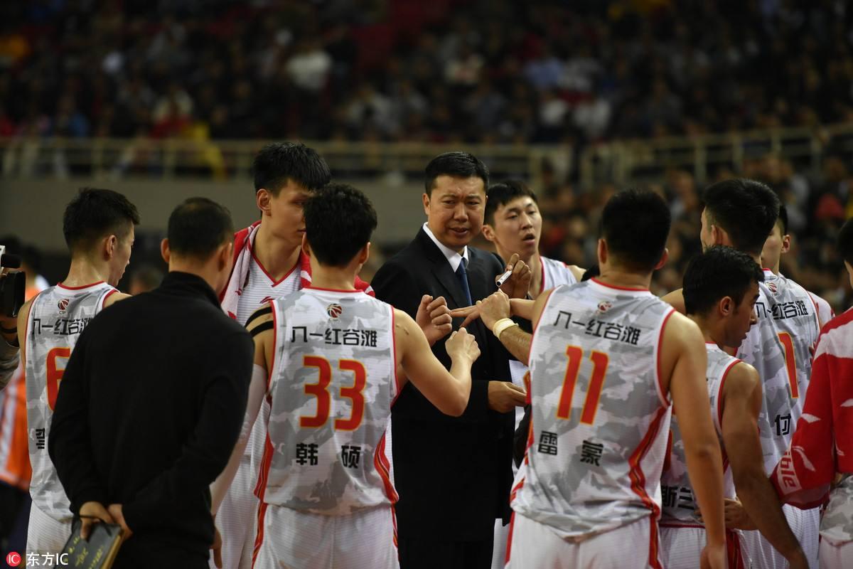 王治郅鼓励八一球员。