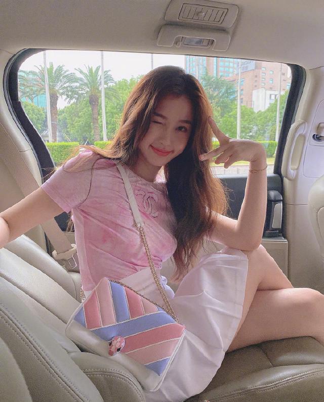 名门泽佳:虞书欣甜美营业,粉色T恤搭配白色百褶裙效果青春活泼
