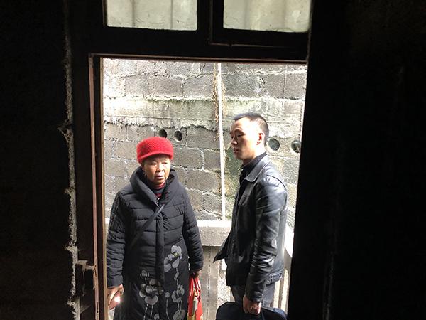 向明钱和母亲郑明秀在多年未住的老宅查看门窗。  本文图片均为澎湃新闻记者 王万春 图(除署名外)
