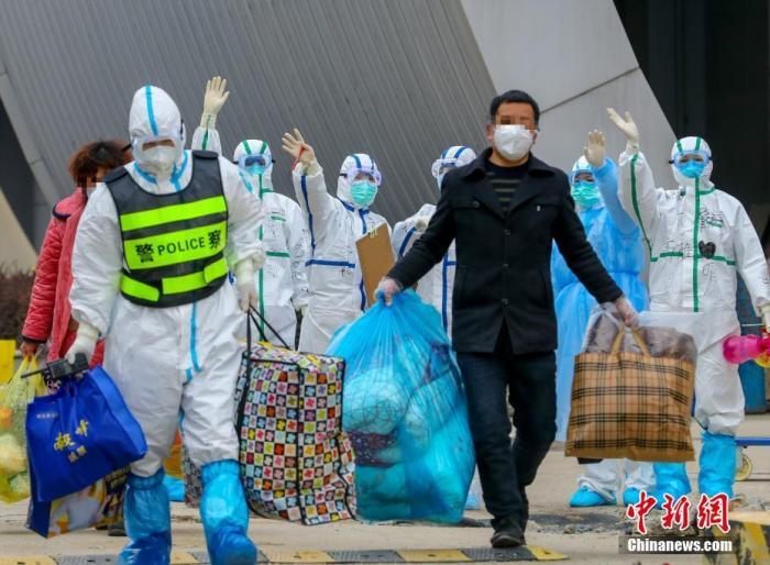 资料图:武汉客厅方舱医院医务人员送别出院患者。中新社记者 张畅 摄