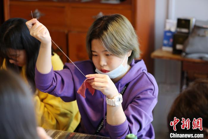 学生正在学习刺绣。 韦鼎标 摄