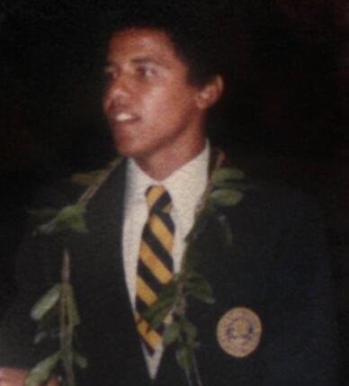 1979年5月,奥巴马在夏威夷火奴鲁鲁的学校参加毕业典礼 图源:RT