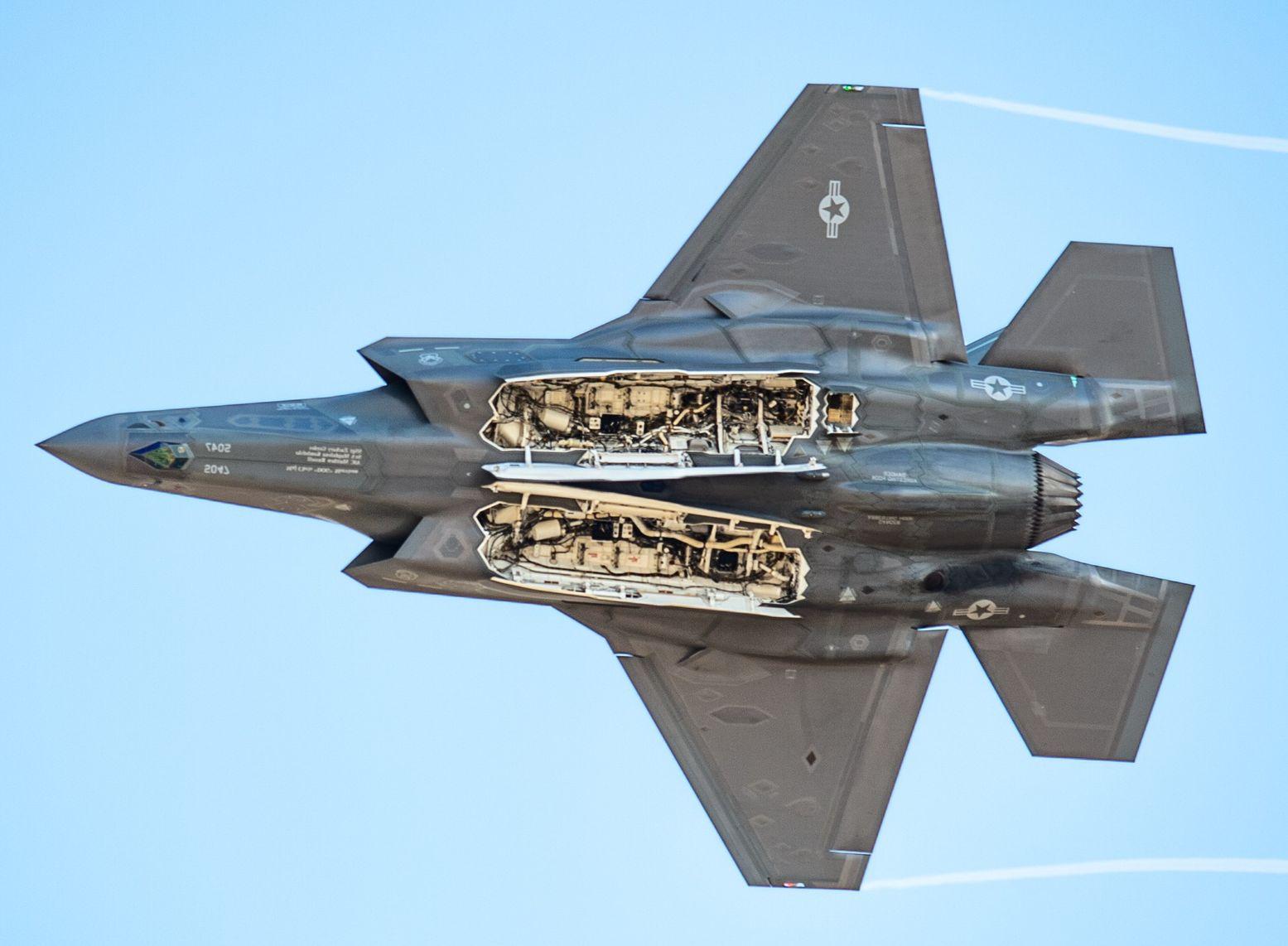 歼20战机安装全新挂架 不隐身时载弹量提升3倍
