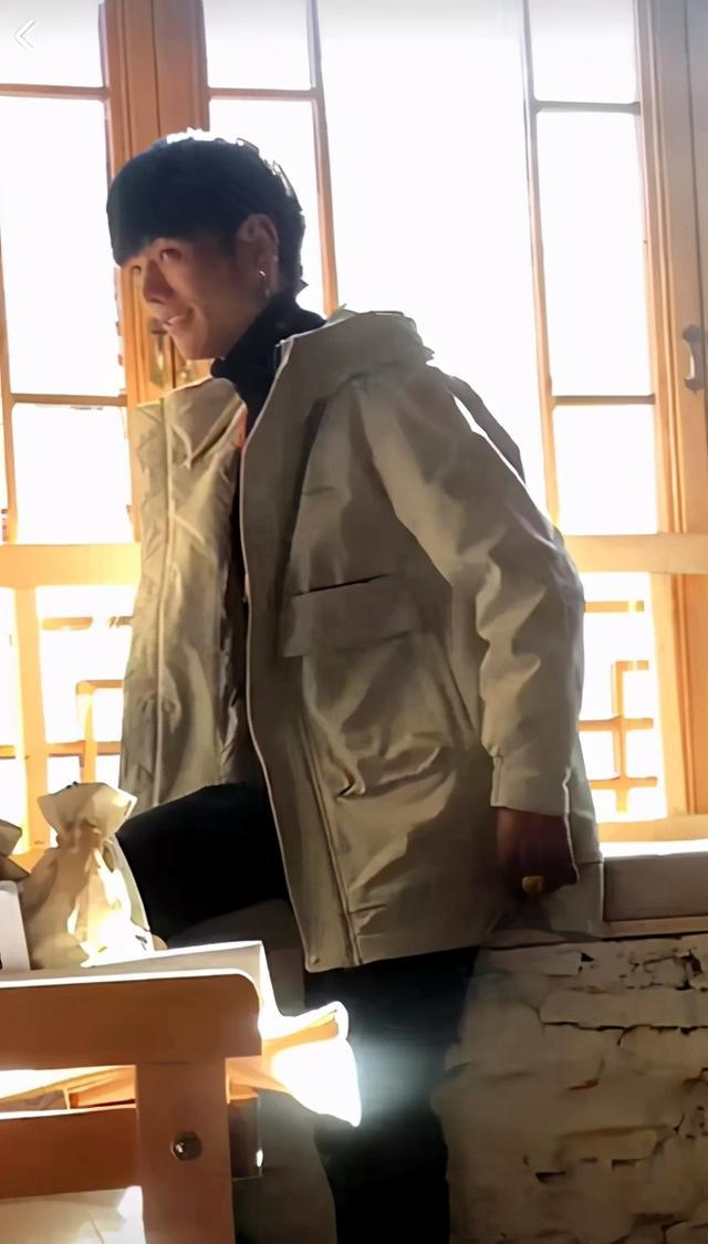 网红丁真被曝穿上千元外套,戴金戒指用近万元手机,评论却反转 八卦 第1张