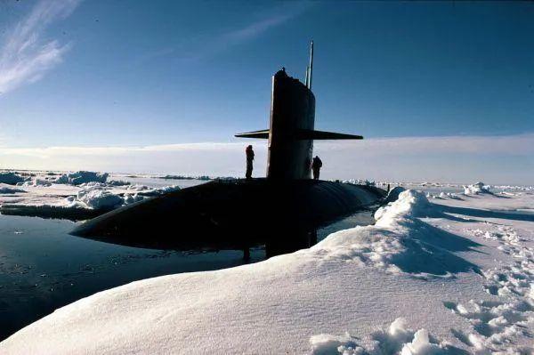 ▲资料图:美军核潜艇在北极冰盖上浮