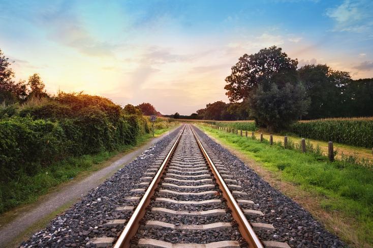 基建加码 上半年铁路投资3258亿逆势增长1.2%