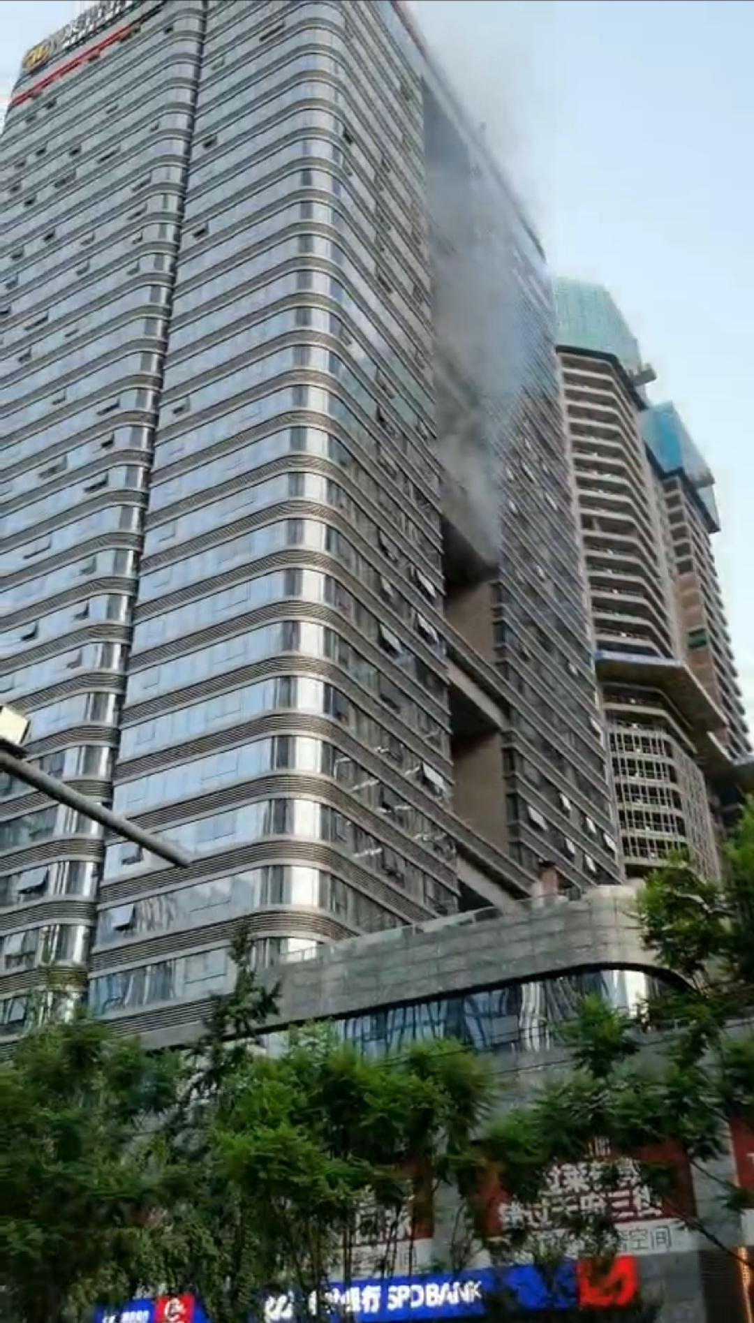 【虎林网】_成都一酒店突发大火,有人员被困仍在救援