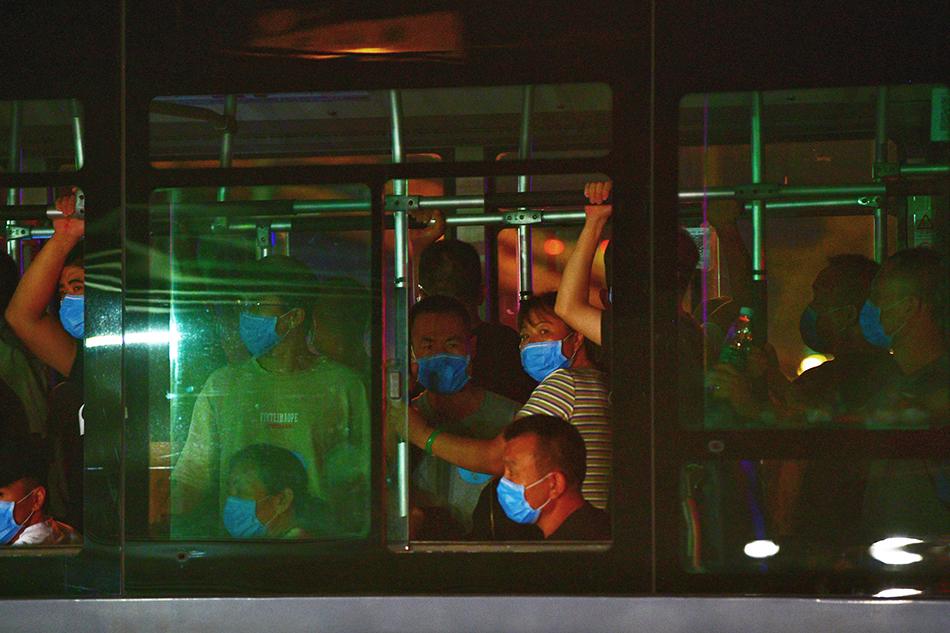 6月13日21时,北京新发地批发市场的商户和工作人员有序撤离。人民视觉 图