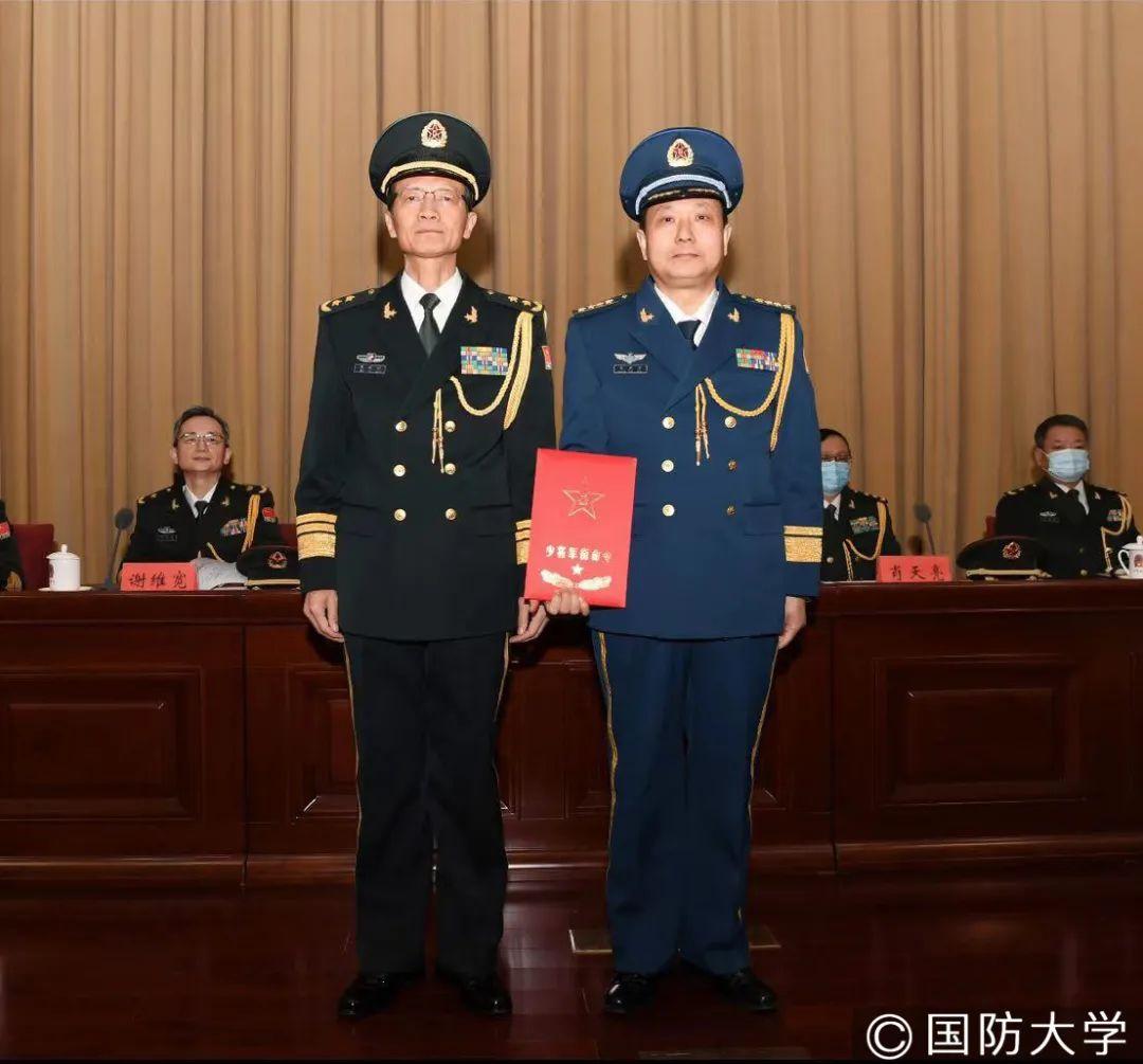 国防大学吴杰明政委与张天宝同志合影。