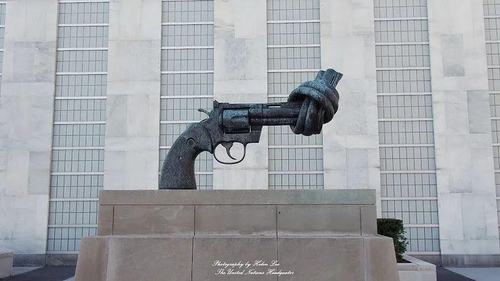 """矗立在联合国总部花园内的""""打结的手枪""""(图源:网络)"""