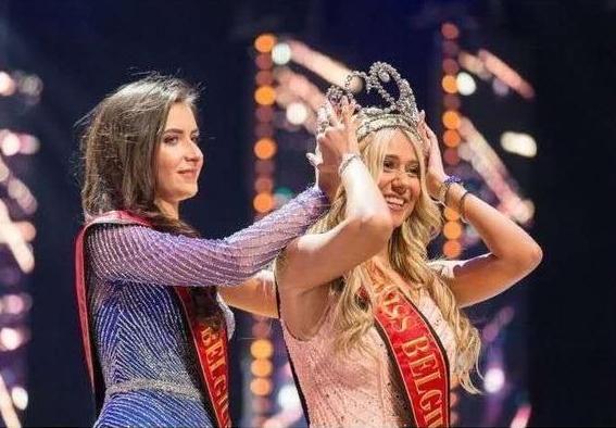 23岁比利时小姐走秀摔倒甩出内衣,自信走完全程获得冠军