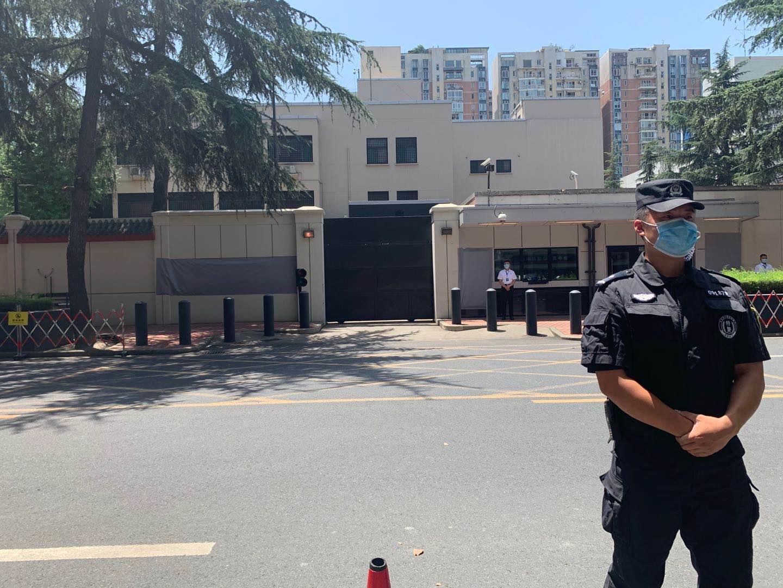 美领馆关闭后,特警仍在外围执勤警戒。