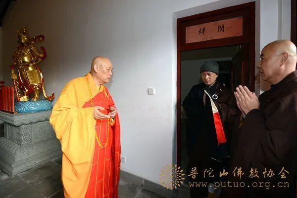 2016年3月,道慈大和尚恭迎仁证法师出关。(图片来源:凤凰网佛教 摄影:普陀山佛教协会)