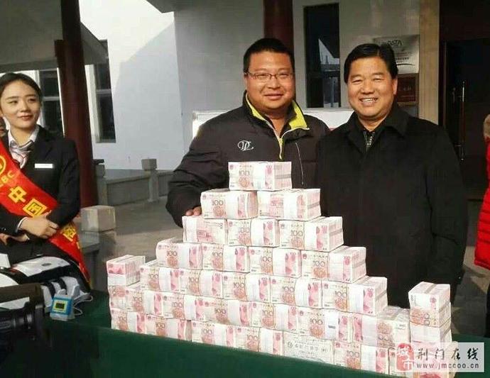 2015年,张德华高调地给村民分红,现场发放现金。图片来源于网络