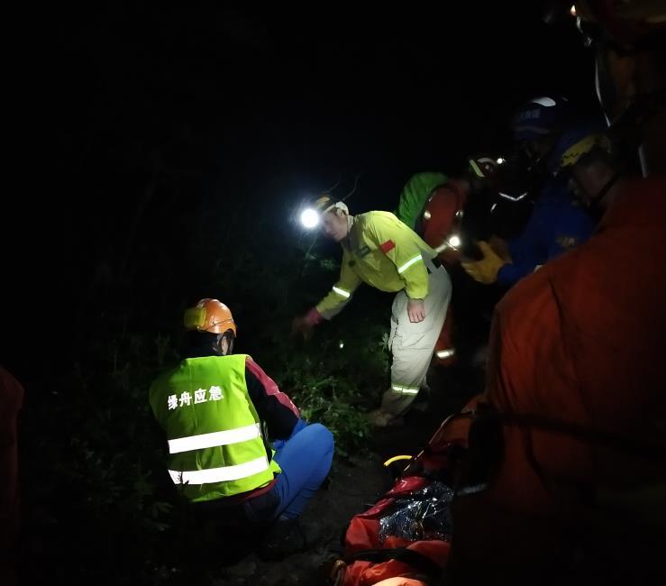 【百度优化服务】_多名驴友结伴前往北京灵山爬山,两女子被滚落石头砸中1死1伤