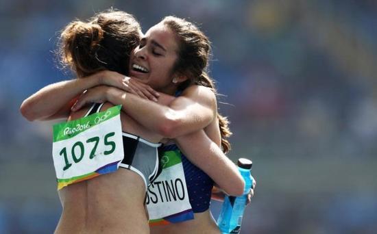 汉布琳和阿戈斯蒂诺拥抱。