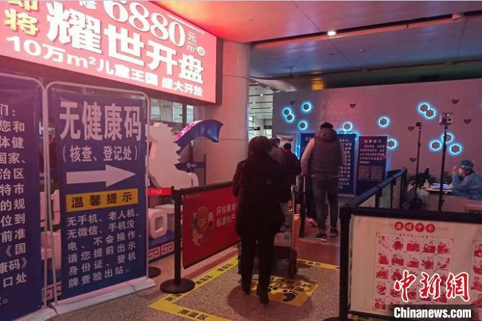 """资料图:呼和浩特白塔国际机场为特殊旅客设置""""无码旅客专用通道"""" 睢晶晶 摄"""