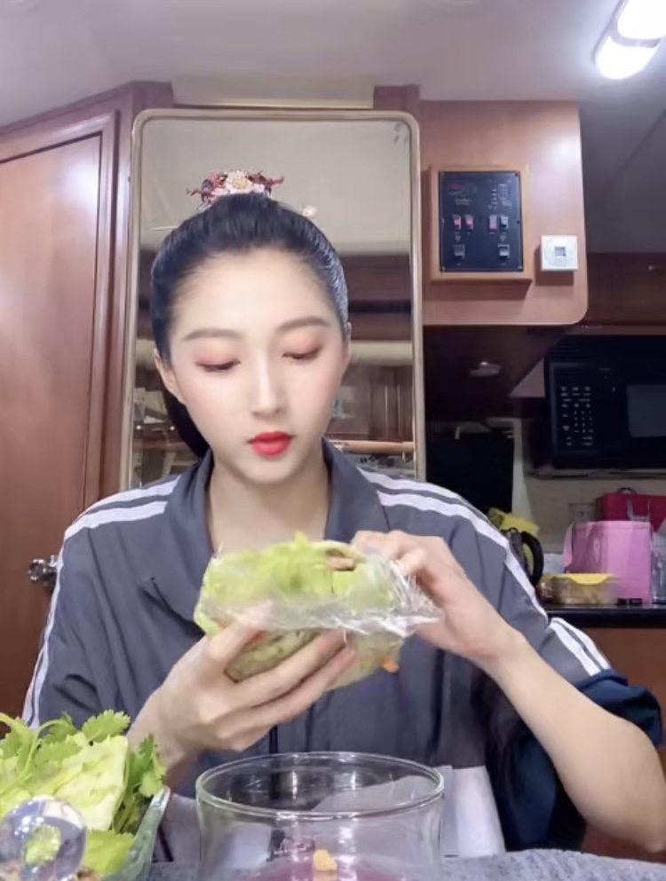 同样都是女明星,杨幂为减肥不敢吃饭,可她却靠吃播圈粉百万?
