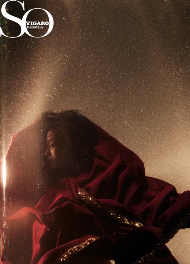 倪妮新年水中拍杂志写真,一片红布裹身美艳绝伦