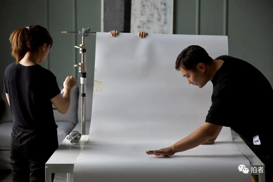 ▲6月29日,大永與妻子一起調整拍攝使用的置物台。
