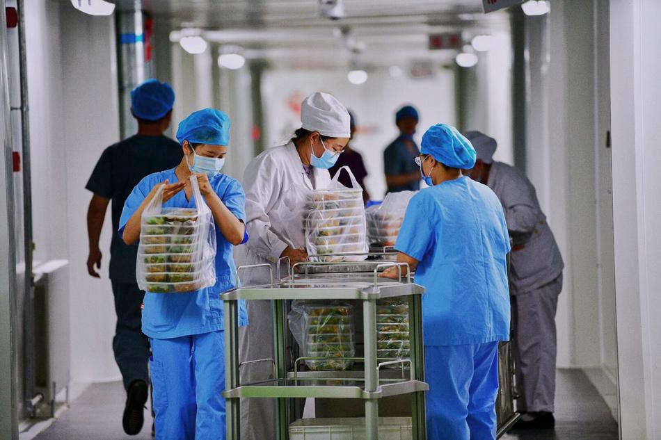 6月16日,北京地坛医院清洁区内,医护人员准备将晚餐送入隔离病房。人民视觉 图