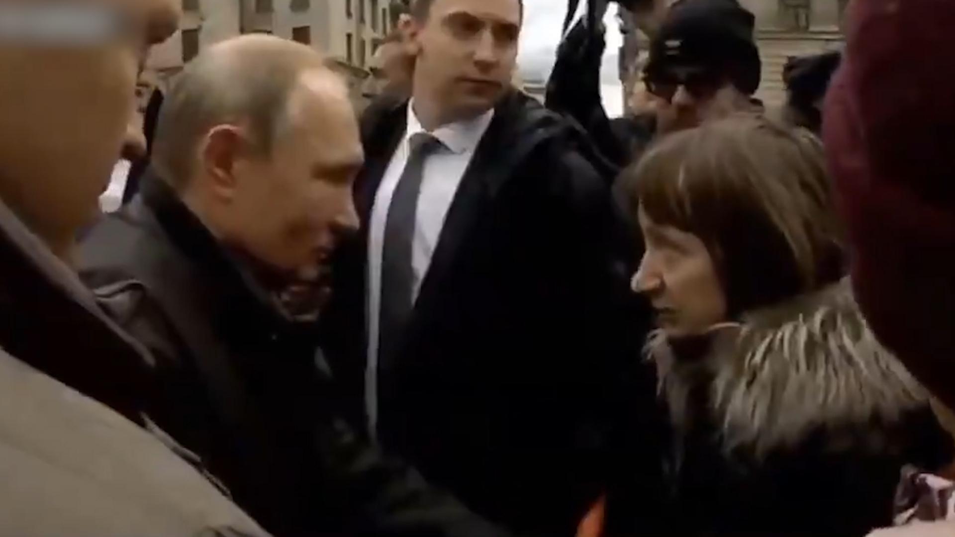 现场!普京突然被民众当街叫住问月薪多少 微微一笑这样回答