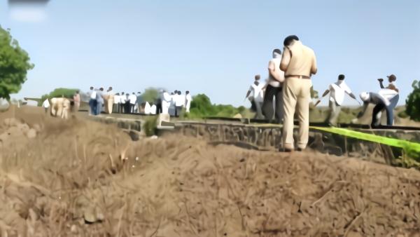 现场:印度工人返乡途中睡铁轨遭火车碾轧 已致17死