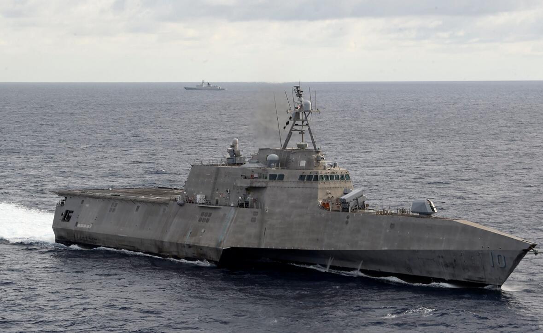 """""""吉福兹""""号濒海战斗舰背后出现中国海军护卫舰身影"""