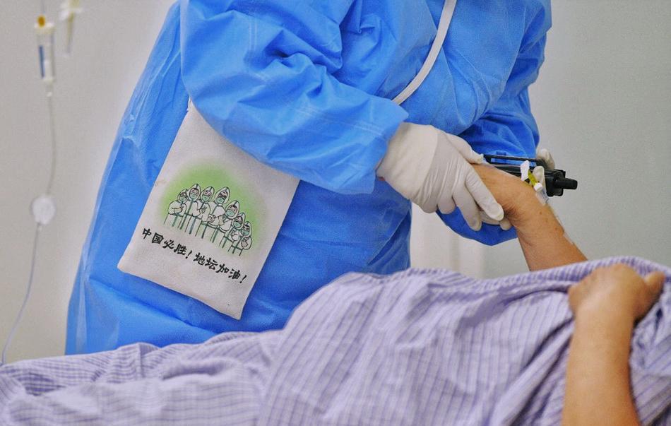 6月16日,北京地坛医院,医护人员疏导新冠肺炎患者情绪。人民视觉 图
