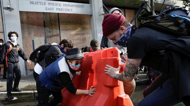 6月8日,示威者在西雅图警察局停用的东分局外设路障 图源:路透社