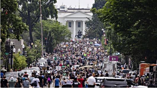 抗议者6日聚集在白宫附近街道 图源:美媒