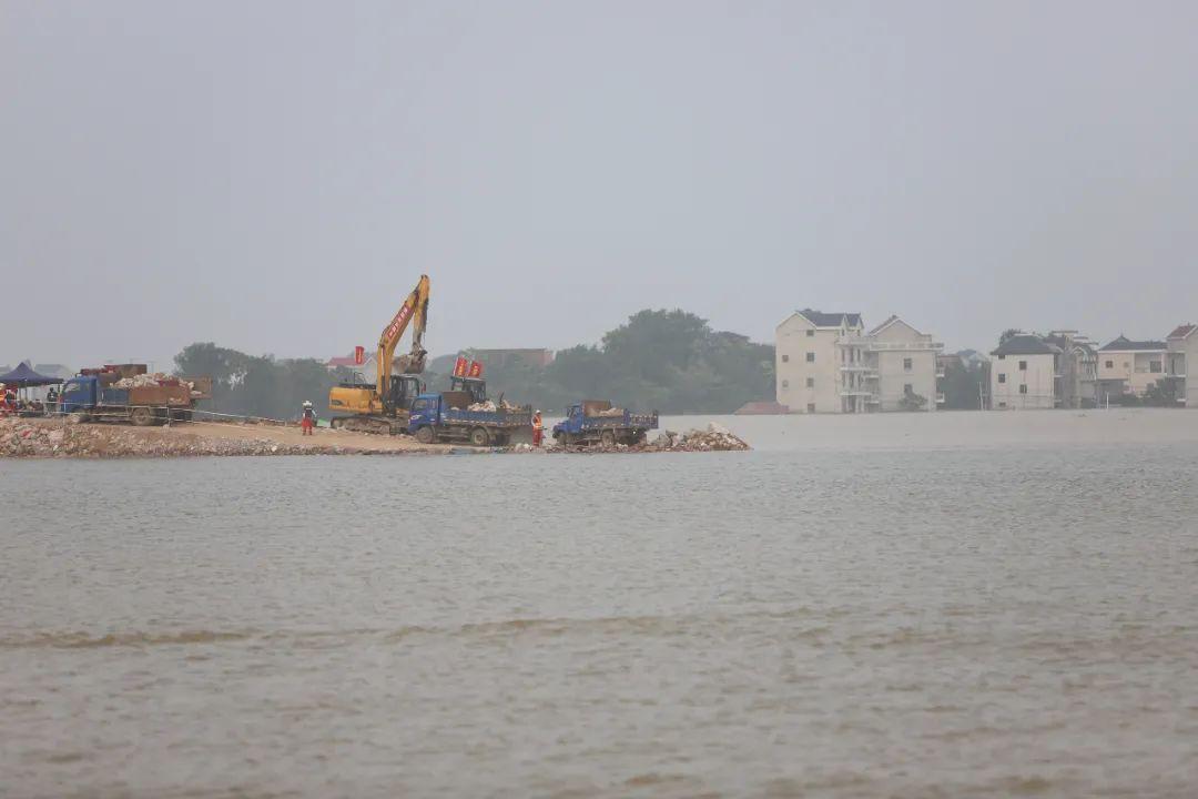 封堵作业中的中洲圩堤。
