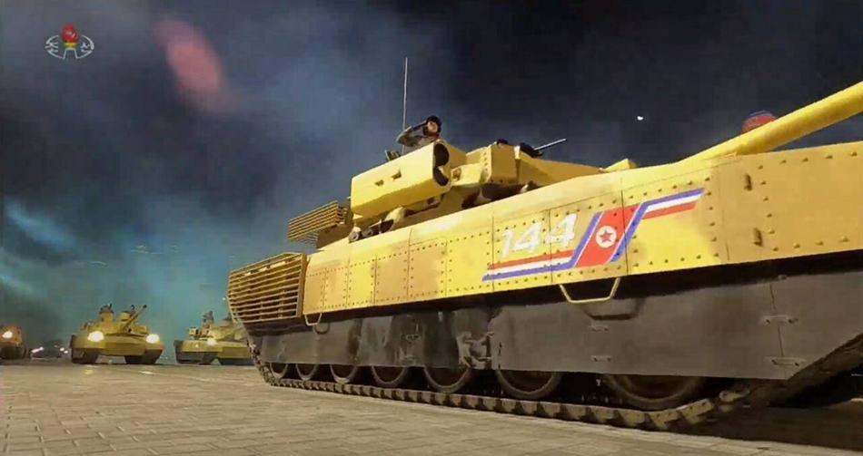 """新型坦克负重轮增加至7个,以往""""天马虎""""系列坦克一般为6个。"""