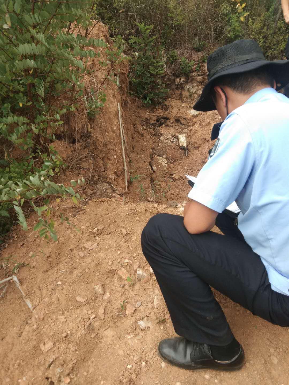 民警在现场勘查。受访者供图