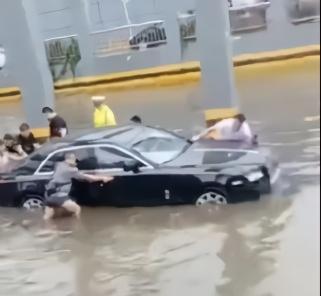 【迪士尼彩乐邀请码12345】_劳斯莱斯暴雨被淹修理费天价!车主:没事,我还有8辆车