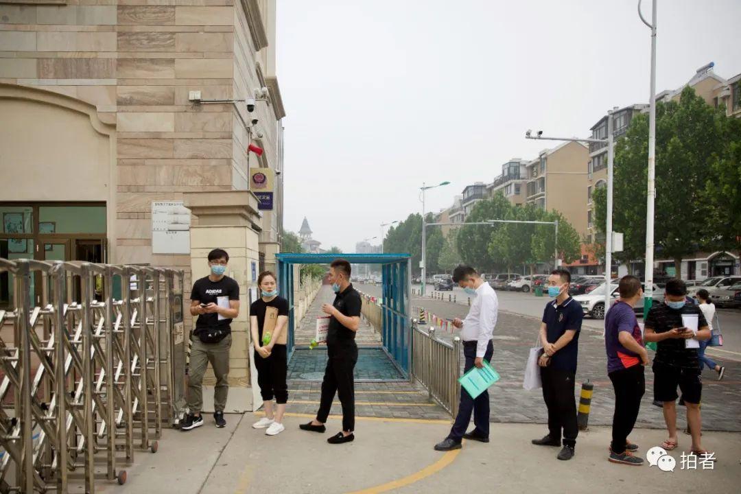 ▲7月11日,河北燕郊,大永妻子(左二)早早到小兒子報讀的幼兒園前排隊,等待提交檔案。