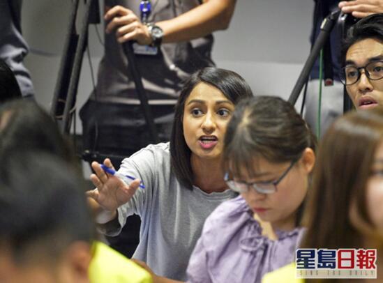 【刑天程雪柔公交车】_言行出位的女记者被香港电台延长试用期,梁振英发声