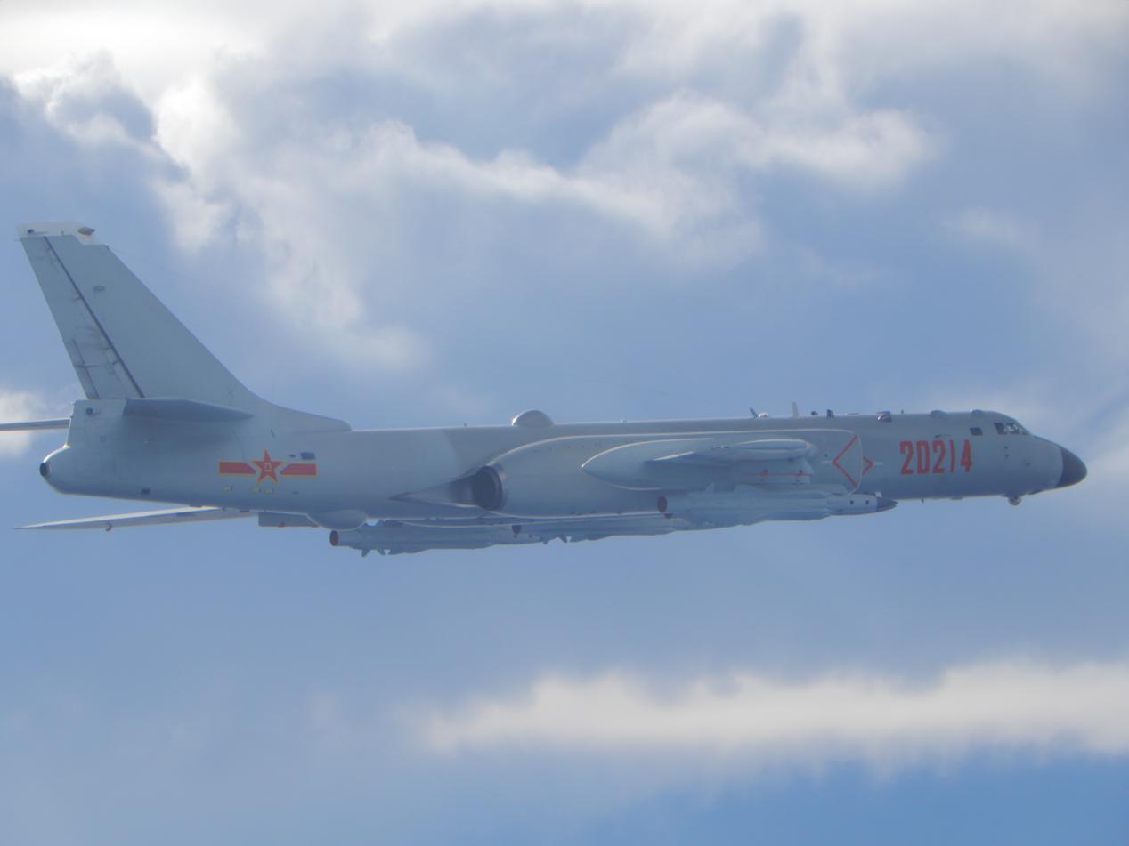 台防务部门发布的9月18日在台海出现的解放军轰-6轰炸机