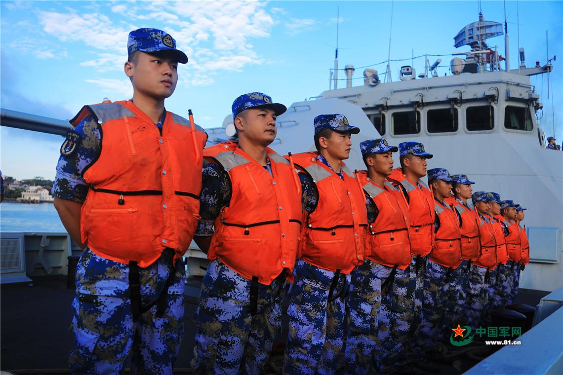 官兵准备离港。