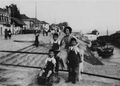 许倬云与小姑妈、八弟及凌弟在沙市江边(1937)。